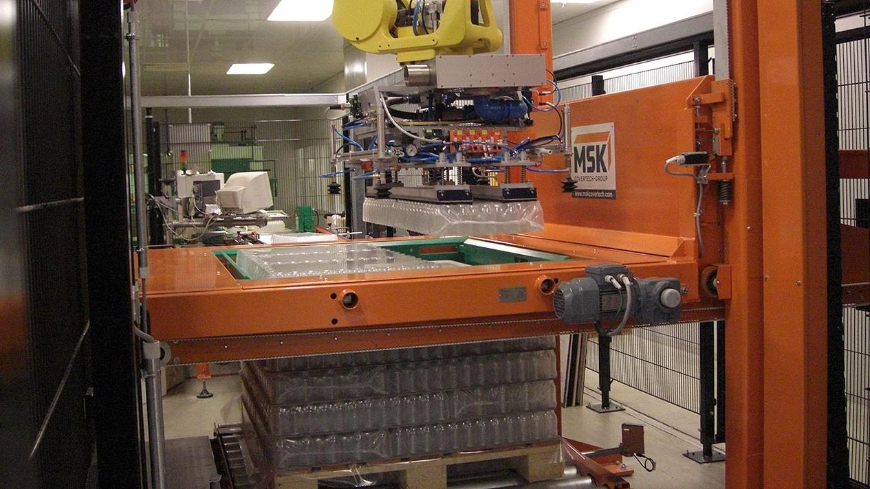 The MSK Robotech palletizing robot offers efficiency in a small space